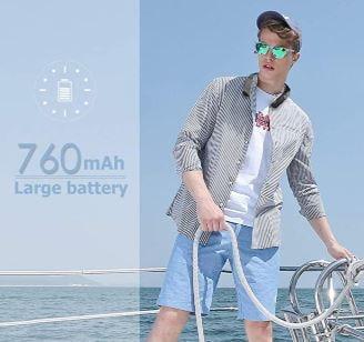 Un hombre utilizando el altavoz de cuello en un barco